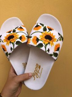 Dream shoes Slipper Slide Sonnenblume Weiß I Used To Hate The Darkness Article Body: Like many child Jordan Shoes Girls, Girls Shoes, Cute Sandals, Shoes Sandals, Sneakers Fashion, Fashion Shoes, Cute Slippers, Fashion Slippers, Aesthetic Shoes