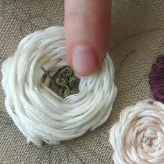 FRENCH KNOT EMBROIDERY VIDEO How do you feel about French knots? French Knot Embroidery, Hand Embroidery Videos, Floral Embroidery Patterns, Hand Embroidery Flowers, Embroidery Stitches Tutorial, Embroidery On Clothes, Sewing Stitches, Learn Embroidery, Silk Ribbon Embroidery