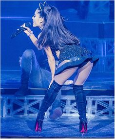 Elle a l'air toute petite Ariana...