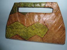 Confeccionada com  caixa tetra pak e filtro de café tingido. Impermeabilizada interna e externamente.