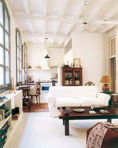 Les meubles de récup et les éléments architecturaux caractérisent cet loft qui a pris place dans une ancienne usine textile. Les hauts plafonds, les poutres apparentes et les grandes fenêtres sont typ