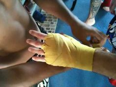 How to put hand wraps on for Muay Thai Boxing - the correct way - Thai Style 1
