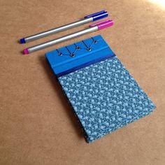 Lindo bloco com estampa fofa de florzinhas azuis, tamanho 14 x 9 cm, com 50 folhas de papel book, feito com costura japonesa R$ 20,00