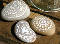 peinte avec des pierres blanches