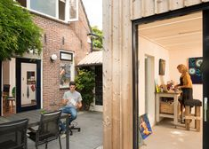 Timber-clad painting studio by Open Kaart wraps around an old brick shed - Dr Wong - Emporium of Tings. Backyard Studio, Garden Studio, Modern Backyard, Brick Shed, Corner Sheds, Wooden Facade, Build Your Own Shed, Modern Shed, Simple Shed