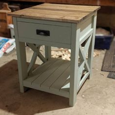 Farmhouse nightstand plans that will give your bedroom a Joanna Gaines farmhouse vibe. These free DIY nightstand plans are an easy step-by-step tutorial on how to recreate a farmhouse nightstand for your home. Rustic Nightstand, Diy Furniture, Farmhouse Nightstand, Furniture Plans, Furniture Trends, Farmhouse Furniture, Diy Furniture Projects, Home Diy, Old Kitchen Tables