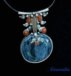 Modrá+jako+moře+-+dumortierit,+karneol+Šperk+je+vyroben+cínováním.+Je+tvořenzajímavým4+x+4+cm+velkým,+temněmodrým+dumortieritem,+který+má+zvláštnía+velmi+krásnou+tmavoubarvu+,+kde+se+střídají+tmavší+a+světlejší+plošky+modrých+odstínů.+Kámen+je+velmi+tvrdý.+Korunu+šperku+tvoří+různě+velké+karneoly,+které+dodávají+šperku+vznešenost.+Celý+šperk...