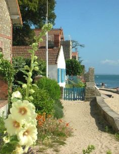 Real beach cottage, right on the beach. Great Places, Places To See, Beautiful Places, Iphone Wallpaper Travel, Belle France, Beach Cottages, Travel Goals, France Travel, Nice View