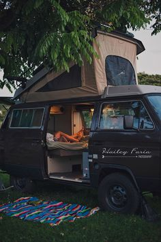 14 Van Life Pictures That Will Inspire You To Hit The Road - camping Vw Bus, Vw T3 Camper, Vw Caravan, Camper Life, Mini Camper, Camper Hacks, Hippie Camper, Camper Beds, Transit Camper