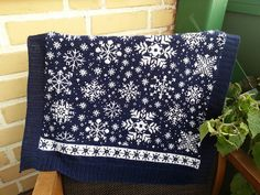 Ravelry: Baby Blanket Snowflakes / Vognteppet Snøfnugg pattern by Pinneguri Knitted Afghans, Knitted Blankets, Sweater Knitting Patterns, Knit Patterns, Knit Baby Sweaters, Crochet Coat, Yarn Ball, Afghan Blanket, Fair Isle Knitting