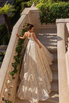 traumhaftes Hochzeitskleid mit langer Schleppe, U Ausschnitt, Spaghettiträger,Spitzen Elemente