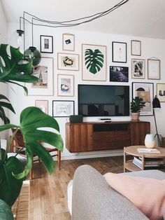 """""""Ich habe diese zufällig von meinem Inspo-Board auf Pinterest ausgewählt. Ich glaube, ich habe eine Vorliebe für Stil, aber andererseits schaue ich auf mein Board und stelle fest, dass ich es nicht tue. """" Tv Wall Decor, Decor Room, Home Decor, Above Tv Decor, Wall Tv, Wall Of Art, Bedroom Tv Wall, Home And Living, Rugs In Living Room"""