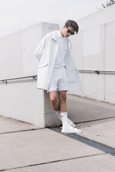 全身白コーデ レインコート×ポロシャツ×ハーフパンツ×サンダル