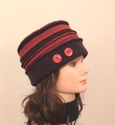 Chapeau brun et rouille en laine bouillie pour femme. Laine bouillie 100% récupérée ornée de boutons vintage. Original, confortable, unique