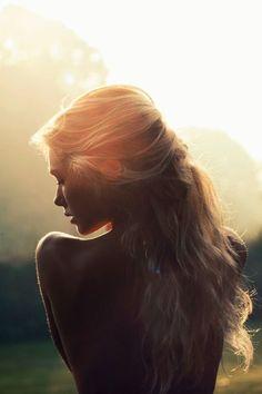 """corazonemperador: """" Te abracé y el aroma de tu cabello junto al de tu cuerpo me hicieron viajar a tu casa, a tu habitación y a cada uno de tus rincones.  Julio César LC. """""""