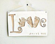 Articoli simili a Handprint LOVE Plaque - Baby Keepsake Gift - Baby Keepsake - Newborn Keepsake Gift - Personalized Baby Gift - Baby Nursery Art - Imprint su Etsy Baby Handprint Kit, Handprint Art, Parent Gifts, Gifts For Mom, Baby Nursery Art, Nursery Room, Keepsake Baby Gifts, Memento, Diy Bebe