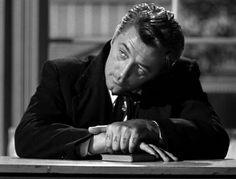 Y nos encontramos como no podía ser de otra manera con el predicador Harry Powell, un hombre tan despiadado como encantantador, la encarnación de el lobo con piel de cordero..., un clásico.