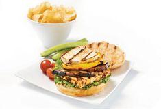 Burger végé au fromage halloumi Tofu, Hamburger, Mets, Baked Potato, Saq, Sandwiches, Good Food, Potatoes, Vegan