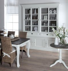 Built-in in the dining room Home Living Room, Living Spaces, Painted China Cabinets, Dining Room Paint Colors, Dining Room Table Centerpieces, Dining Room Hutch, Sweet Home, Dining Room Inspiration, Country Style Homes