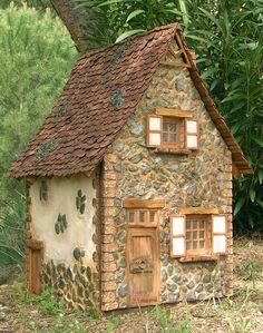 En esta casa vive una bruja muy auténtica, mala y fea, con rasgos masculinos y feroz. Su casa es robusta y resiste a las peores tormentas...