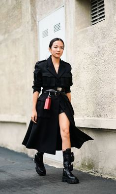 Combat Boot Outfits, Black Combat Boots, Military Boots Outfit, Trench Coat Outfit, Leather Trench Coat, Milan Fashion Week Street Style, Looks Street Style, Dr. Martens, Look Blazer