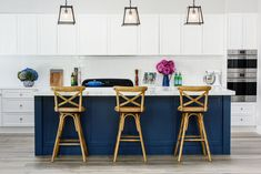 Now THIS is how you do Hamptons decor in Australia! - The Interiors Addict Hamptons Decor, Hamptons Kitchen, The Hamptons, 2018 Interior Design Trends, Decor Interior Design, Design Interiors, Custom Home Builders, Custom Homes, Kitchen Island Bench