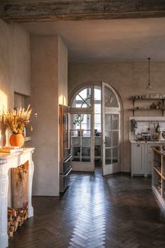 Elegant Kitchens, Beautiful Kitchens, Beautiful Interiors, Devol Kitchens, Window Handles, Arched Doors, Huge Windows, Simple Furniture, Shaker Kitchen