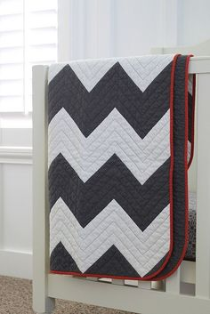 NewlyWoodwards: A zig zag chevron baby quilt. Love this pattern!