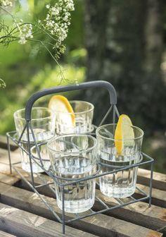 Für kleine Erfrischungen im Garten: Kaffeegläser und Gläserkorb von Ib Laursen - Stilkiste