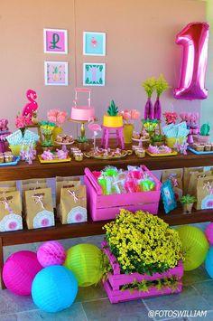Esta Festa Flamingo é um tema encantador, vocês não acham? Decoração Realiza Ateliê de Festas. Lindas ideias e muita inspiração! Bjs, Fabiol...