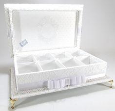 Caixa kit toalete em RENDA para festa de casamento ou aniversário. Possui bordado na tampa interna e pés de metal. Um luxo! Consulte preço com produtos e embalagens personalizadas. Temos outros tecidos. R$ 270,00