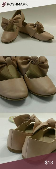 Zara Girls ballerina shoes size 33 (1.5) Cute big bow girl's shoes, size 33 Eur (US 1.5) in a blush pink color Elastic under the bow Bow is sewn on the elastic Has some wear but still in great condition Zara Shoes Dress Shoes