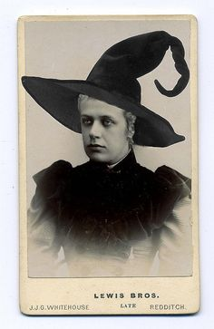Witch Lavinia by AliMayes,-vintage photo Fete Halloween, Halloween Outfits, Holidays Halloween, Halloween Crafts, Happy Halloween, Halloween Decorations, Halloween Clothes, Halloween Witches, Costume Halloween