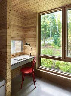 Další z výklenků slouží jako malá čítárna nebo pracovní stolek.