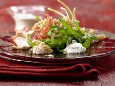 Rezept: Lauwarmer Hähnchen-Nudel-Salat mit Ricotta-Nocken    Zutaten für 2 Portionen:   1 Stiel Basilikum  1 Zitrone  75 g Ricotta    Salz  Pfeffer  ½ Bund Rucola (ca. 50 g)    1 EL flüssiger Honig  2 EL Olivenöl  1 EL Pinienkerne (20 g)  350 g Hähnchenbrustfilet  100 g Vollkorn-Pasta (z.B. Spiralnudeln oder andere kurze Nudeln)  2 Tomaten (à 75 g)     http://eatsmarter.de/rezepte/lauwarmer-haehnchen-nudel-salat/