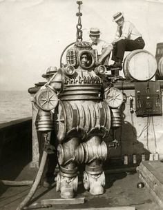 Vintage deep-sea diving suit - date, diver, crew, location, and photographer unknown Diving Helmet, Diving Suit, Old Pictures, Old Photos, Steampunk, Deep Sea Diver, Sea Diving, Cave Diving, Dieselpunk