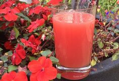 Wat te doen met een meloen? Maak er een lekker sapje van. Heerlijke watermeloen aardbei limonade. Kijk voor het recept op aandekook.eu of kijk bij de bron.