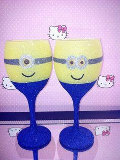 Minions Minion Glasses, Redneck Wine, Bird Houses, Minions, Easy Crafts, Wine Glass, Tableware, Eggs, Dinnerware