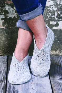Circular knitting needles are a perfect option if you want to create something like a seamless garment. Making seamless bags, sweaters and other objects becomes with the use of circular knitting needles. Knitted Socks Free Pattern, Knitted Slippers, Knitted Poncho, Crochet Slippers, Knitting Socks, Baby Knitting, Knit Crochet, Knitting Projects, Knitting Patterns