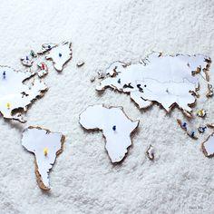 [DIY] – Pour décorer : la mappemonde en liège Palette Diy, Decoration, Living Room Designs, Projects, Crafts, Bullet Journal, Gardening, Magazine, Bathroom