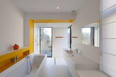 Cocina y baño con vistas al jardín, por el estudio EXAR Architecture