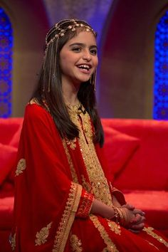 "Hala al-Turk, a young Bahraini singer who has a big hit ""I Love You Mama"". Here she is wearing the traditional 'thobe' and gold jewelry. She's darling! Hala Al Turk, Hair Wrap Scarf, Arab Celebrities, Arabian Beauty, Folk Costume, Costumes, Belleza Natural, People Of The World, Ethnic Fashion"