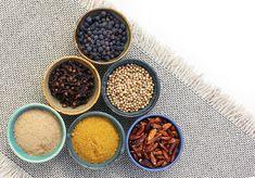 Co zrobić, żeby dostosować sok do mroźnych zimowych dni? Wystarczy go doprawić. Dodanie do soku przypraw, np. cynamonu, kardamonu, imbiru, kurkumy, goździków, gałki muszkatołowej lub chili nie tylko nas rozgrzeje, ale również doda wartości odżywczej do naszego soku.