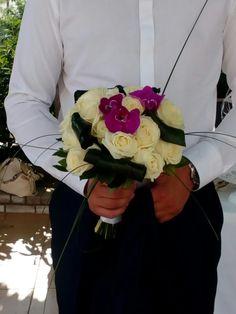Avalance λευκό τριαντάφυλλο με φαλαινοψις φουξ