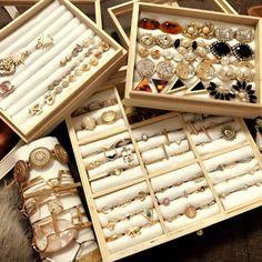 mmmさんの、DIY,100均リメイク,1人暮らし,セリア,一人暮らし,100均,賃貸,1人暮らし 賃貸,雑貨,ダイソー,プチプラ,アクセサリー,アクセサリー収納,100均DIY,棚,のお部屋写真 Jewellery Storage, Jewellery Display, Jewelry Organization, Jewelry Drawer, Etsy Jewelry, Custom Jewelry, Jewelry Crafts, Ring Displays, Craft Show Displays