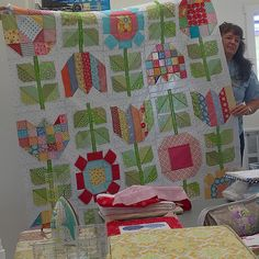 Today at retreat my Quilty peep @young.betty just finished her #farmgirlvintageflowers quilt!!! Sew cute!!! ✂️✂️ #beeinmybonnet #farmgirlvintage  #farmgirlfridays #cropsblock #sunnysunflowerblock #quiltypeeps #quiltretreat