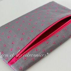 """Pochette """"Avignon"""" : 100% coton gris et rose, motifs cerises Léon et les citronniers*"""