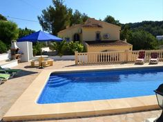 Casa Media Luna Javea Situated in a residential area of J?vea, a 7-minute drive from Arenal Beach, Casa Media Luna features a private pool and an outdoor dining area with barbecue facilities.