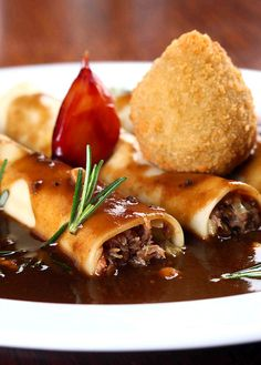 Canelloni de pato confitado ao molho Rossini com coxinha recheada com trufas negras e foie gras, um dos novos pratos do menu do restaurante Skye (Foto: Divulgação)