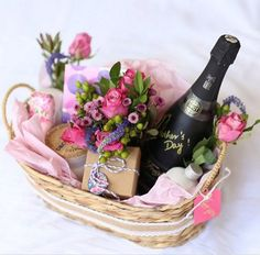 Mother's Day is just around the corner, so we have brainstormed for you some last minute ideas to show her how much you appreciate her. Mothers Day Baskets, Mother's Day Gift Baskets, Gift Baskets For Women, Mothers Day Gifts From Daughter, Diy Mothers Day Gifts, Gift Hampers, Mothers Day Ideas, Basket Gift, Homemade Birthday Gifts